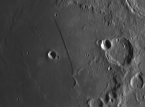 La Lune : le Mur Droit. A droite cratère Thébit et à gauche cratère Birt,  par Monique Q.